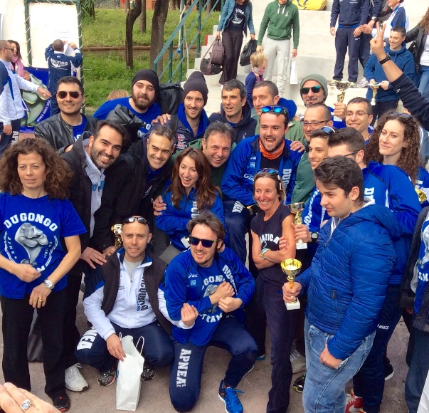 Un gruppo di atleti festeggia dopo la premiazione (foto L. Ebreo)