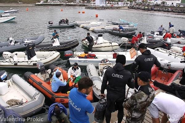 Un gruppo di atleti in attesa di prendere il mare per l'inizio della prima giornata (foto V. Prokic)
