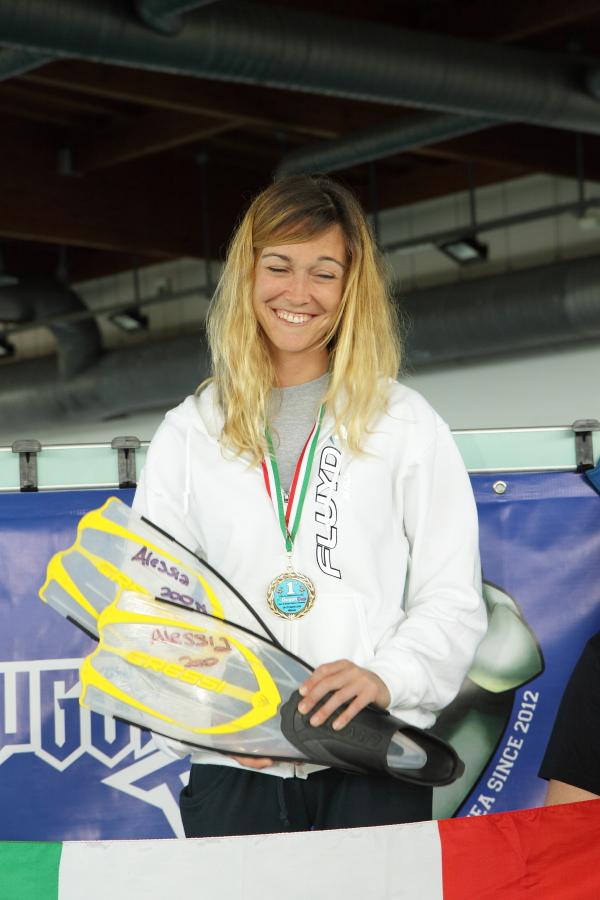 La Zecchini sul podio con le pinne con cui ha stabilito il nuovo record italiano (foto S. Rubera - Apnea Magazine)