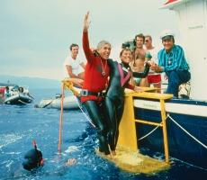 Angela con Jacques Mayol in seguiti all'immersione a 52 metri. A destra dell'immagine, con il cappello e la maglia a righe: Leo Amici