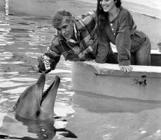 Angela con Jacques Mayol a Rimini, a celebrare il record di Mayol dei 105 metri, con i delfini del parco acquatico