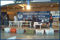 Il palco con le casse del pescato