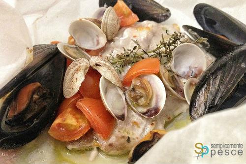 Ricetta: pesce serra al cartoccio con frutti di mare